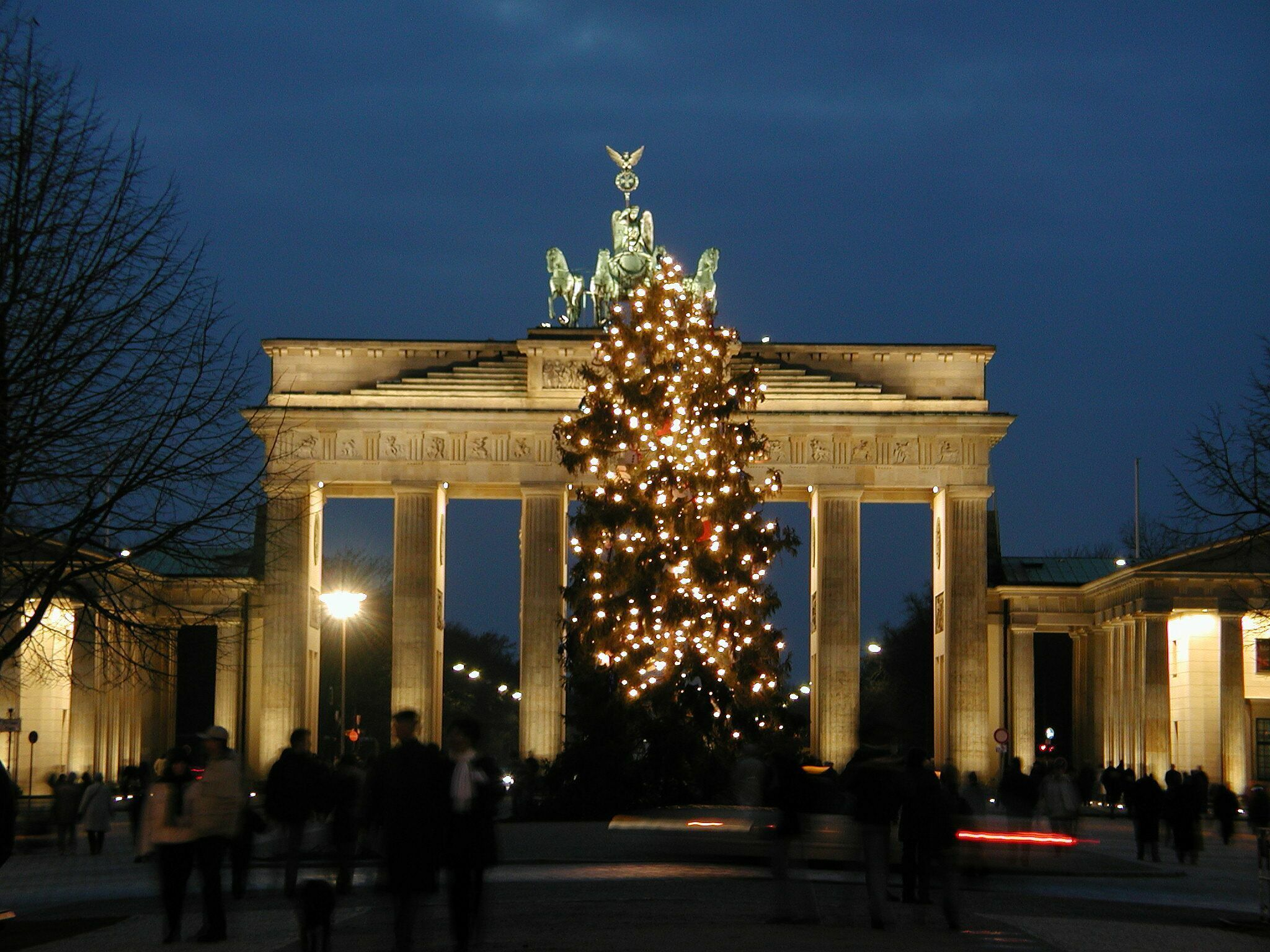 http://www.thewanderers.travel/blog/wp-content/uploads/2012/11/The-Brandenburg-Gate-Berlin.jpg
